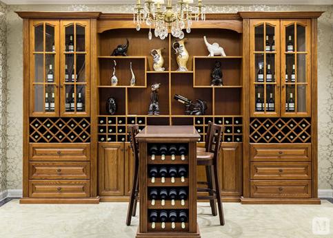 酒柜时可以根据空间和布局合理安放定制,能够合理利用空间,而且造型又