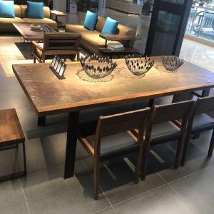 挪亚家 餐桌 这款餐桌采用印度多彩石与胡桃木结合,有原始回归自然的感觉,又增添了内涵和文化气息! D5 KAZTU01