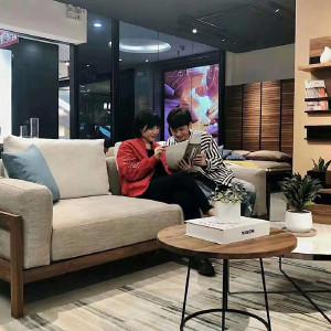 挪亚家 沙发 采用北美进口胡桃木框架,搭配东亚海绵,沙发的舒适度很高,外观简洁大气! D5 KSF501Q-C